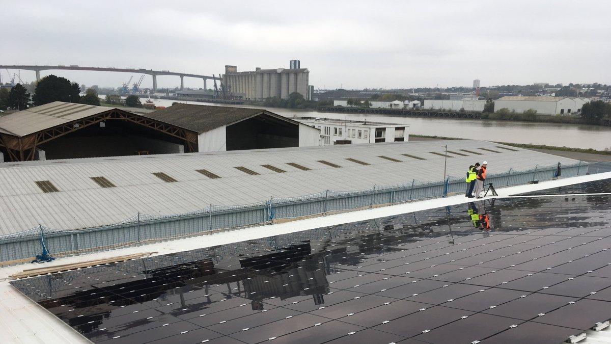 nantes sur le toit d un hangar du port de nantes la plus grande station photovolta que. Black Bedroom Furniture Sets. Home Design Ideas